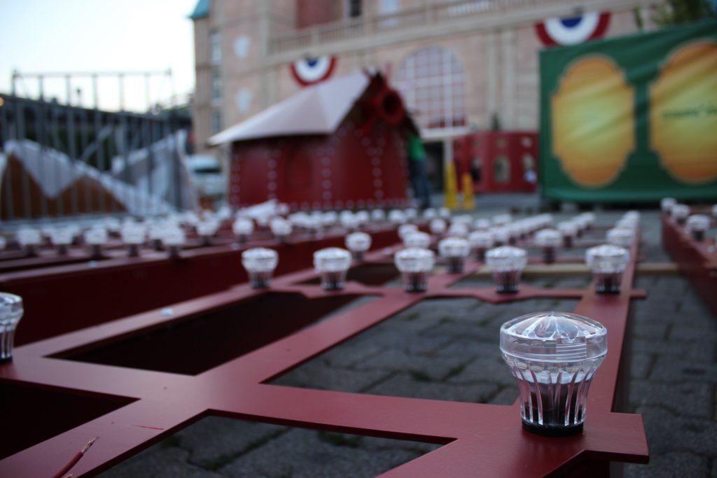 Bald strahlen und leuchten und funkeln sie - die 723 Lichter an der roten Mühle