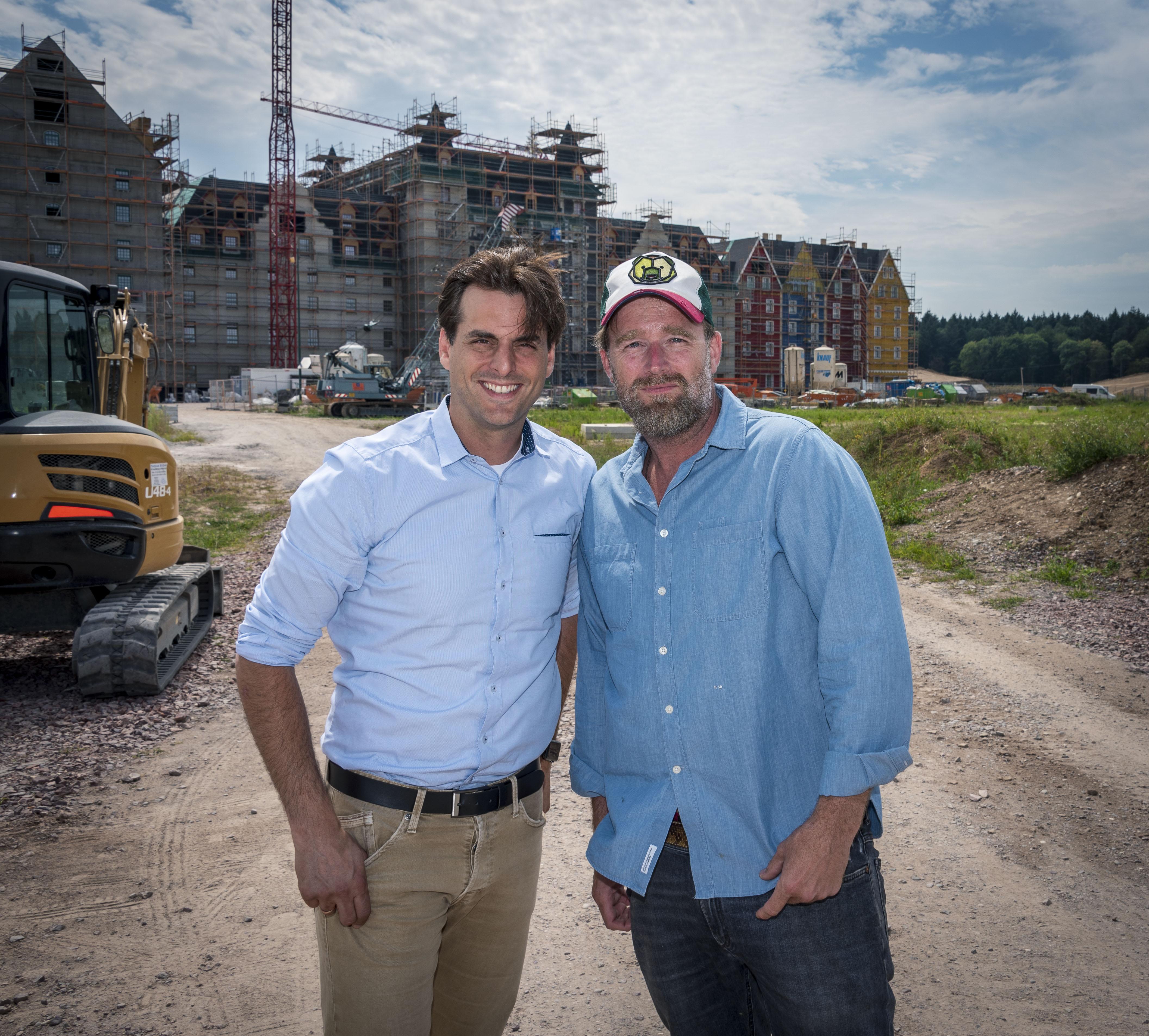 "Thomas Mack zeigt Brian Bojsen das künftige Hotel ""Krønasår"""