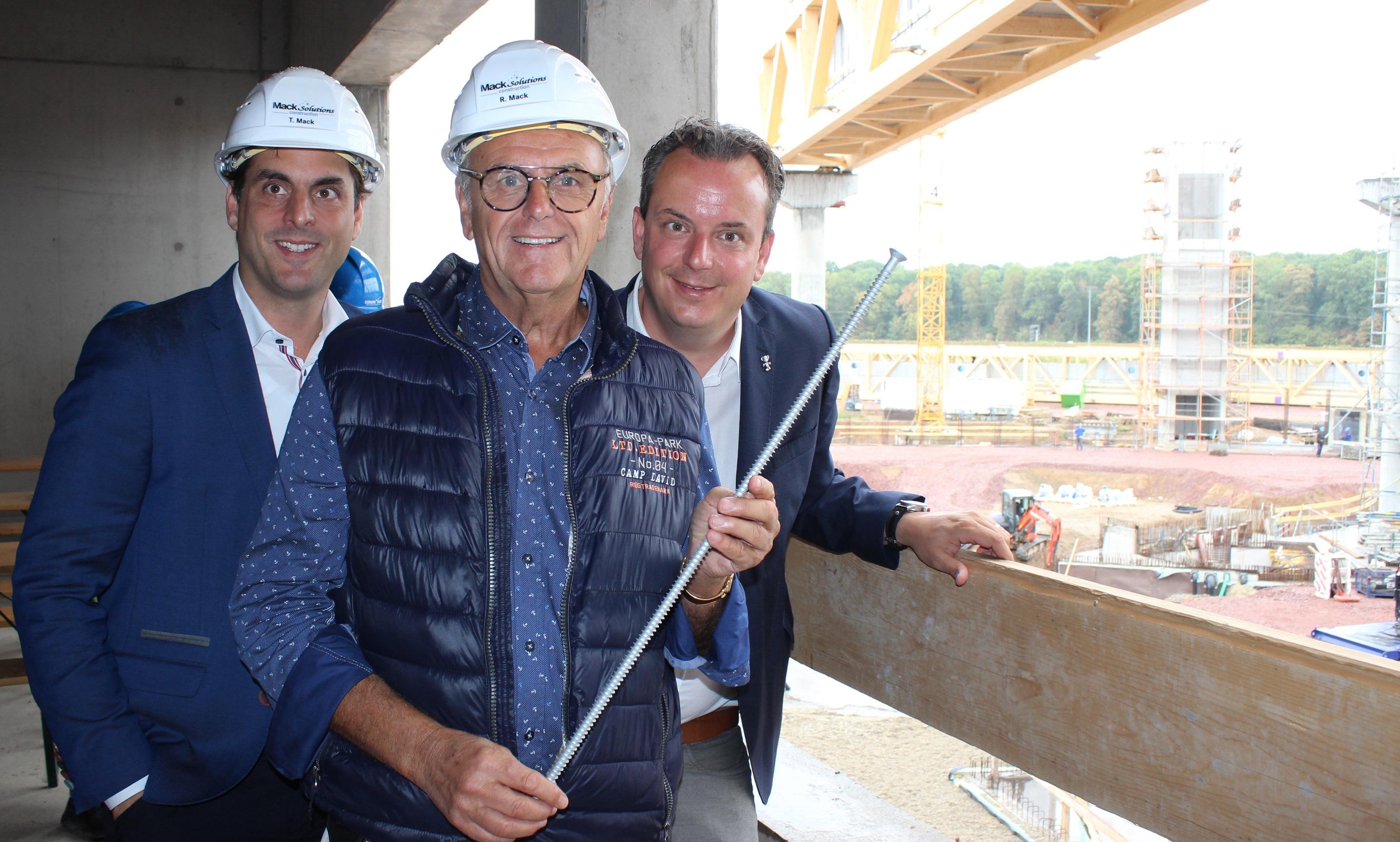 Thomas, Roland und Michael Mack (v.l.n.r.) sind begeistert von den Dimensionen der Riesen-Baustelle!
