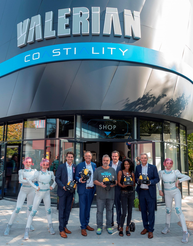 """Der französische Regisseur Luc Besson (5.v.l.) eröffnet mit Thomas, Roland, Michael und Jürgen Mack (v.l.n.r.) das innovative Fahrgeschäft """"Eurosat Coastiality"""""""