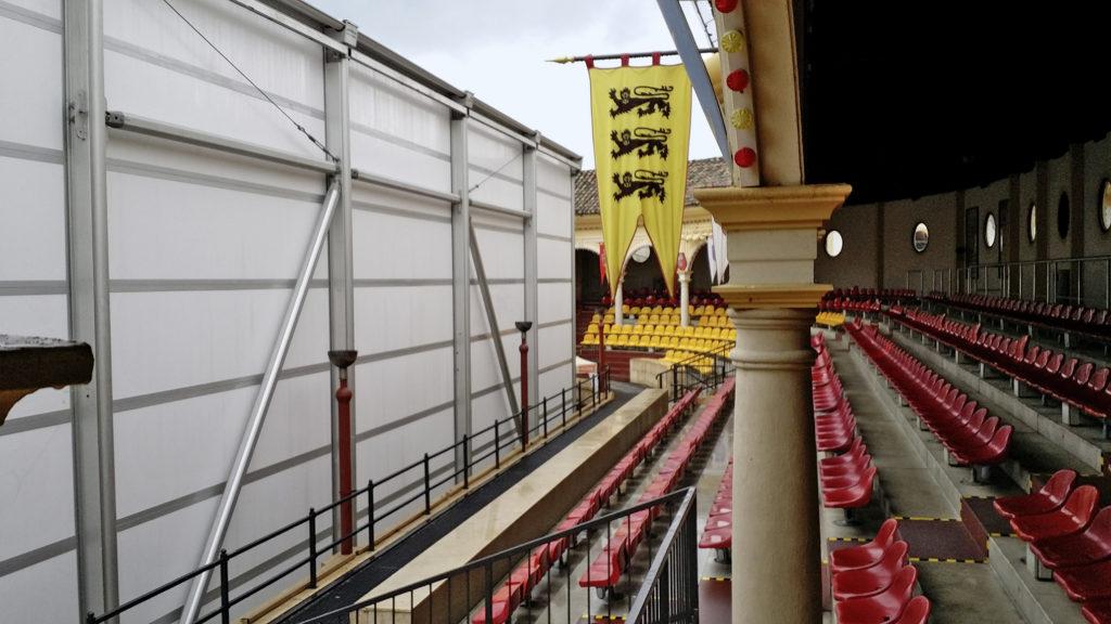 Verwandlung der Spanischen Arena: Statt feuriger Pferde sind in der Wintersaison Eisskulpturen in einer gut gekühlten Thermohalle zu bestaunen.