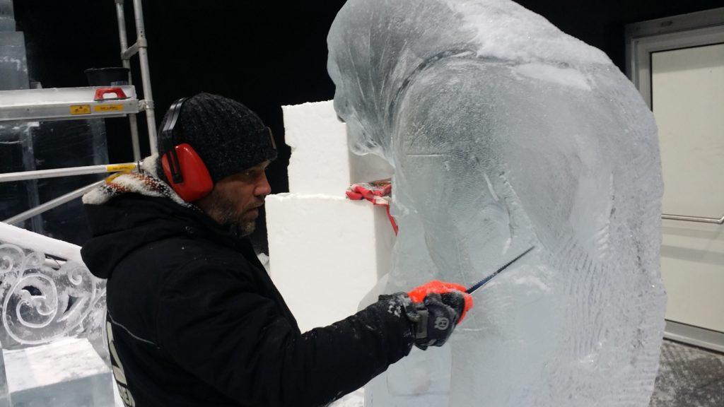 """Mit Eisschaber, Kettensäge, Messer und vielen anderen Werkzeugen bearbeiten die """"Carver"""" das Eis"""