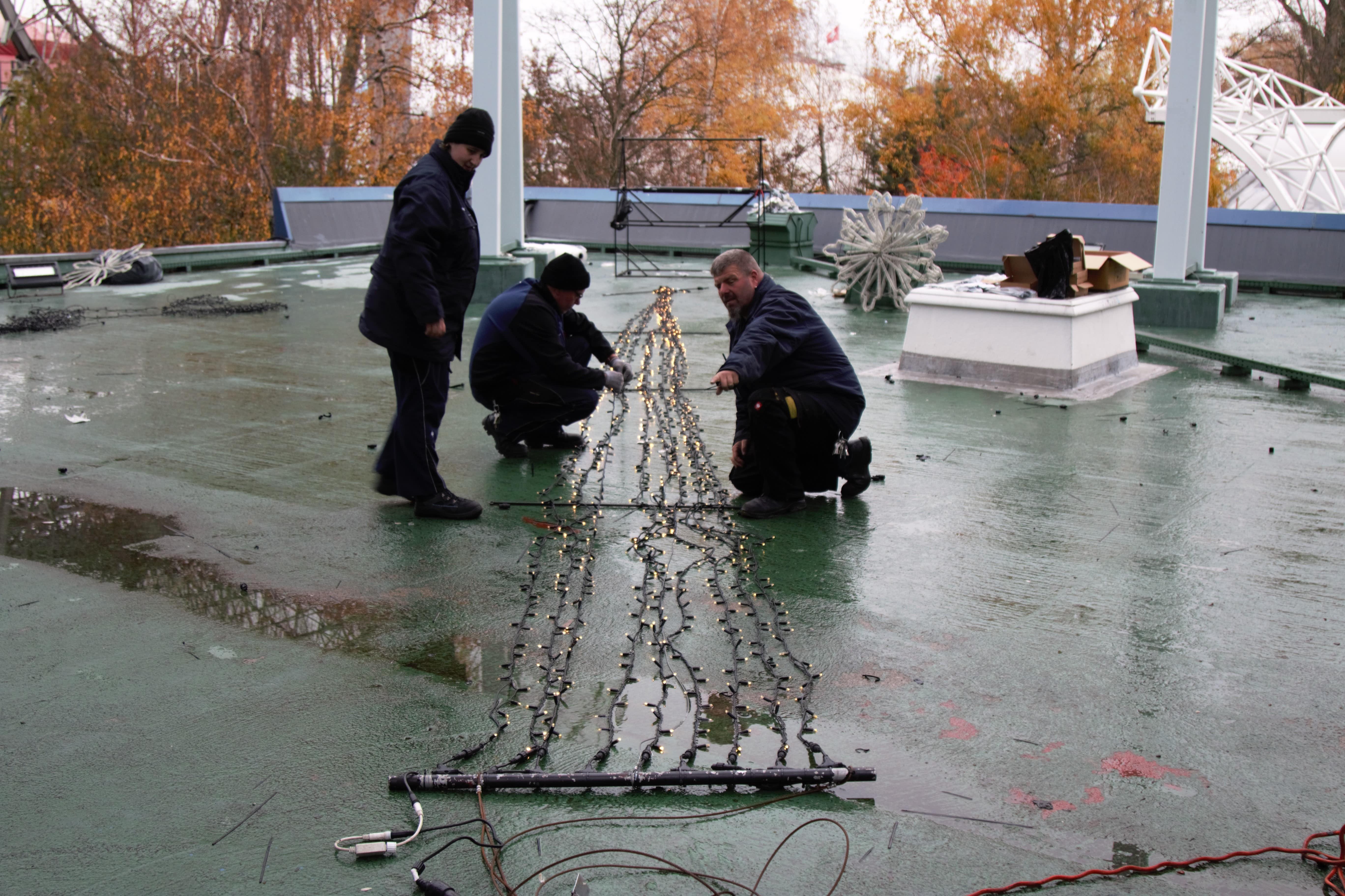 Das Team am Boden checkt vorab jedes einzelne LED-Lämpchen auf Funktionstüchtigkeit.