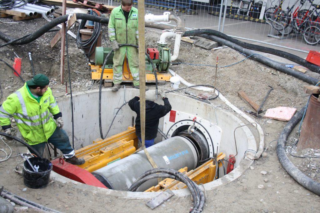 Vorsichtig wird das Ungetüm in die Baugrube abgesenkt