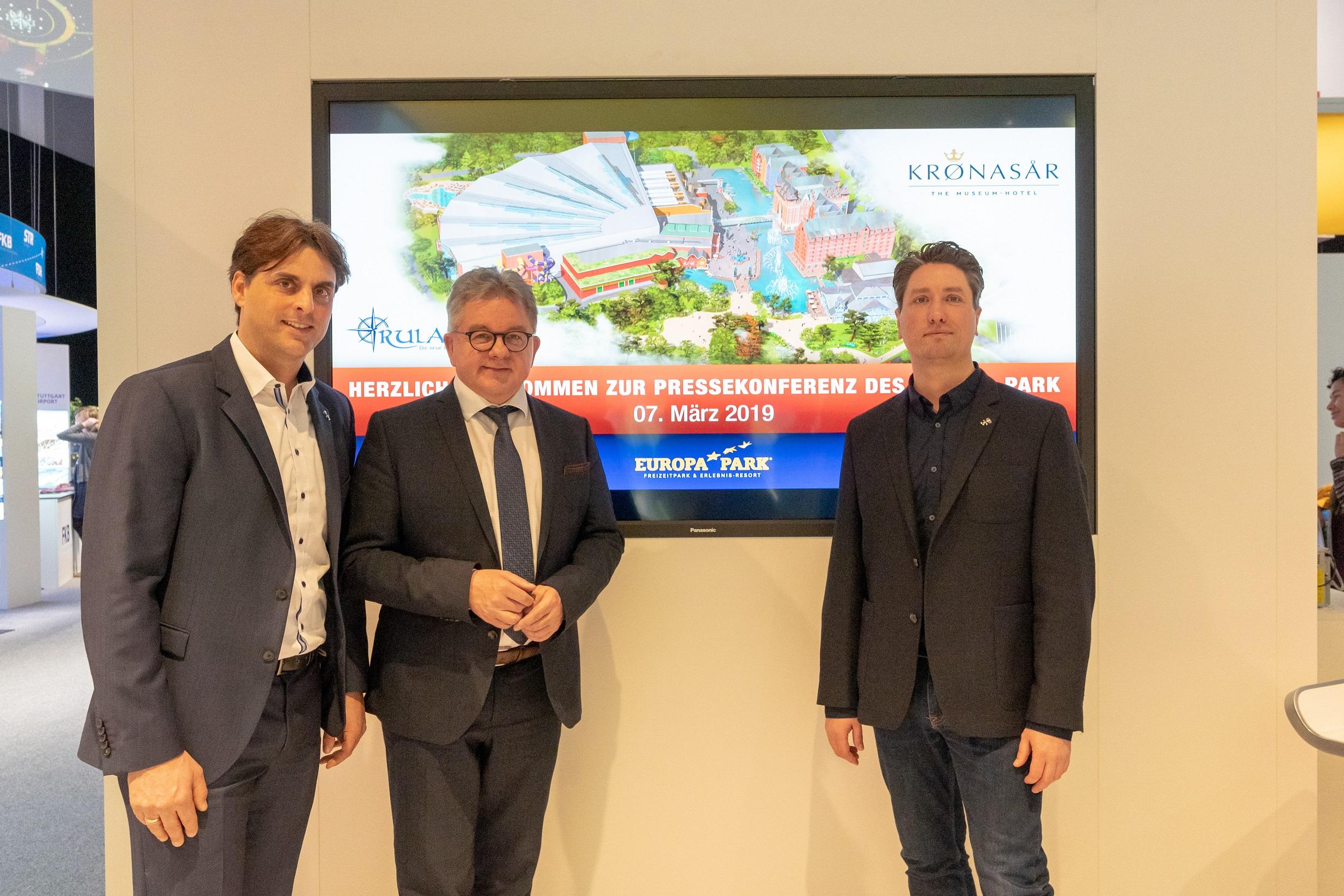 v.l.n.r.: Thomas Mack (Geschäftsführender Gesellschafter Europa-Park), Guido Wolf MdL und Chris Lange (Creative Director Mack Solutions Design) auf der ITB in Berlin