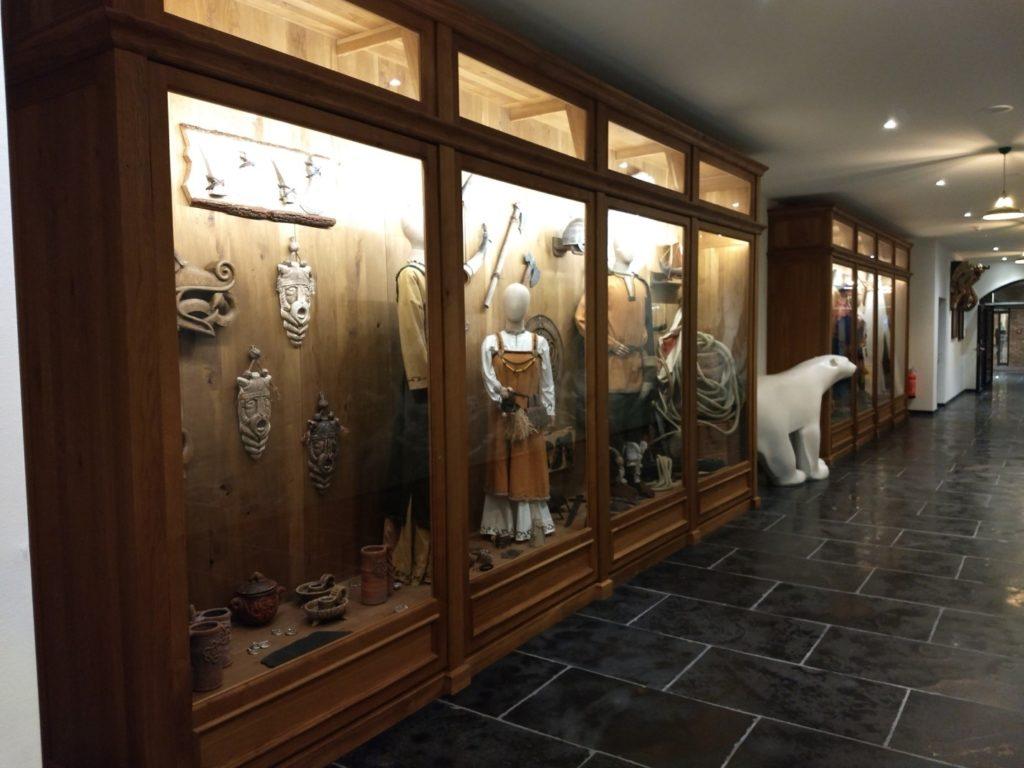 """Viele der kleinen Kunstwerke finden sich als """"Ausstellungsstücke"""" im Hotel Krønasår."""