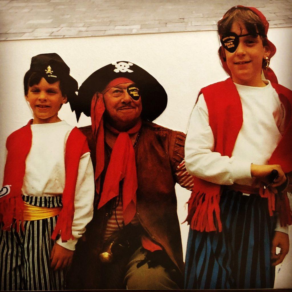 """Thomas und Michael Mack bei der Eröffnung der """"Piraten in Batavia"""" 1987"""