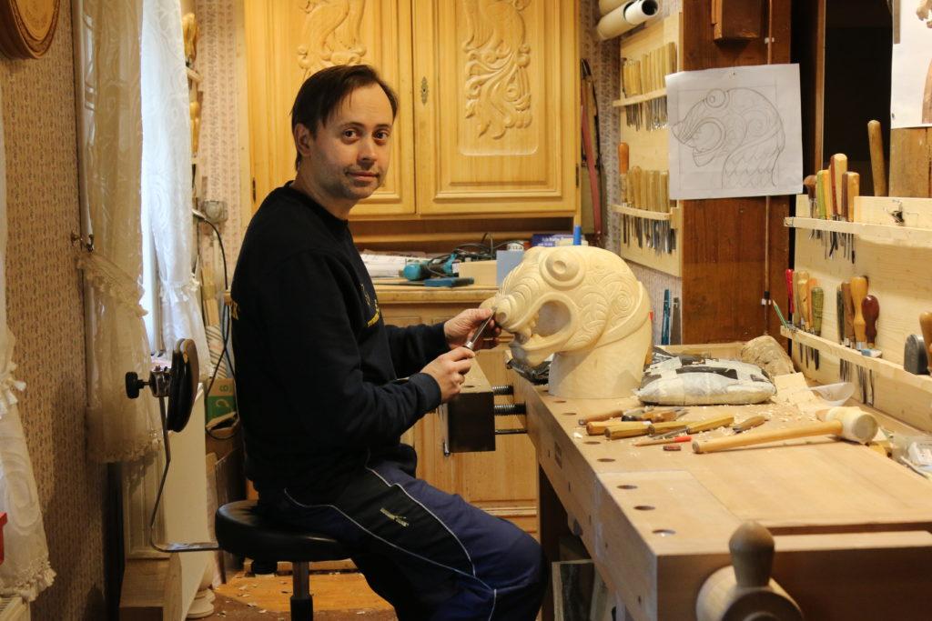 Holzschnitzer Vitali arbeitet gerade an einem besonderen Objekt...