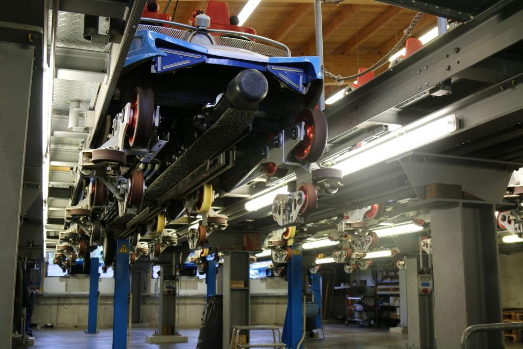 """Die Züge des """"blue fire Megacoaster powered by GAZPROM"""" schweben über den Köpfen der Mechaniker"""