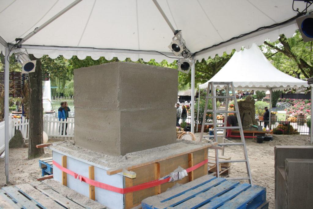 Durch Wasser und Druck wird der Sand zu großen Blöcken verfestigt.