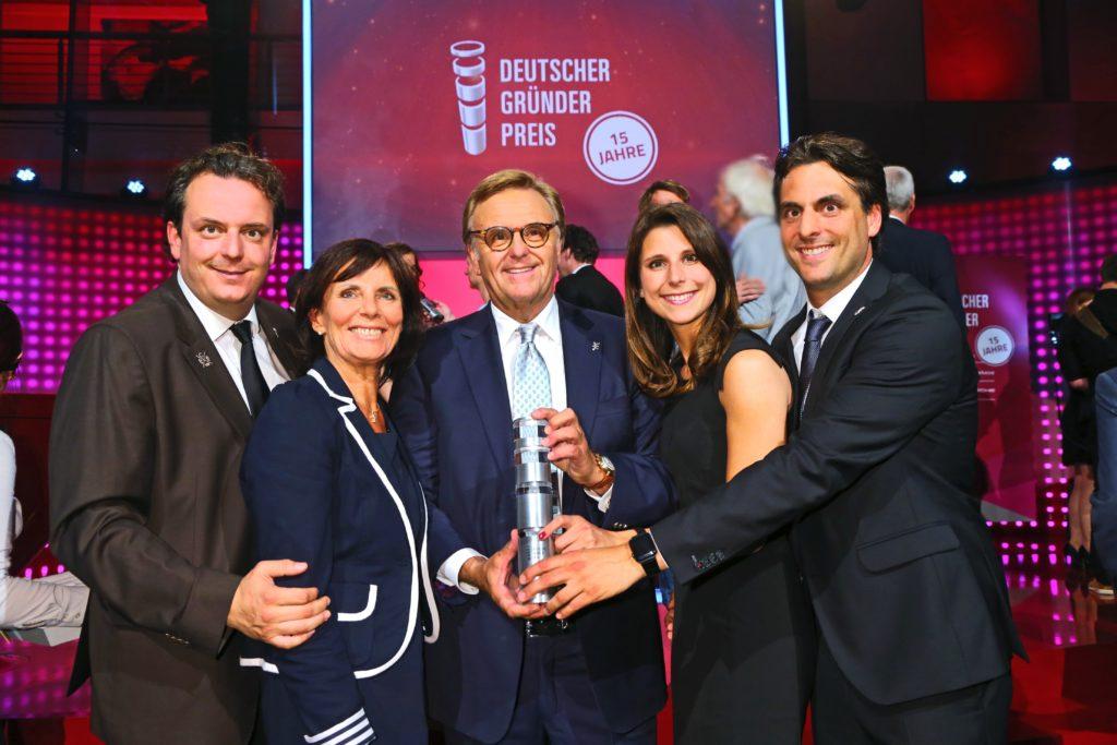 Roland Mack mit Ehefrau Marianne und den Kindern Michael, Thomas und Ann-Kathrin bei der Verleihung des Deutschen Gründerpreises 2016.