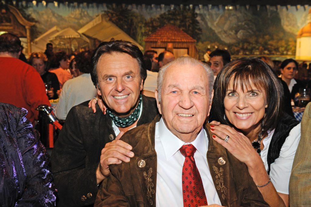 Roland Mack (links) mit Ehefrau Marianne und seinem Vater Franz: Er war sein großes Vorbild.