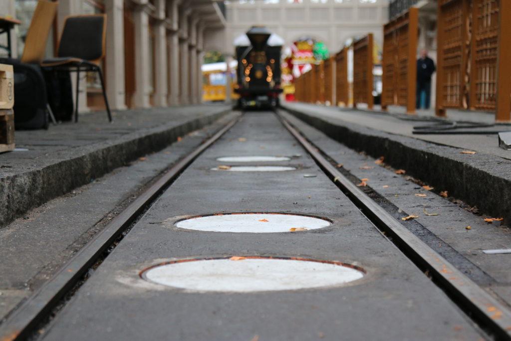 Wie hier in Russland, wurden pro Bahnhof vier Ladeeinheiten in den Boden eingebaut.