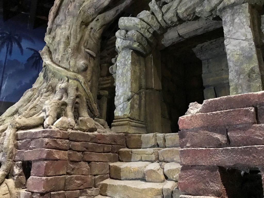 Massive Wurzeln winden sich entlang der alten Mauern