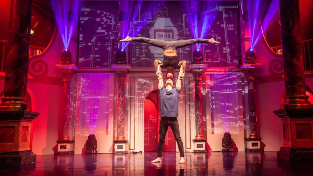 """Die Show """"Times"""" vereint Tanz, Akrobatik und Poesie."""