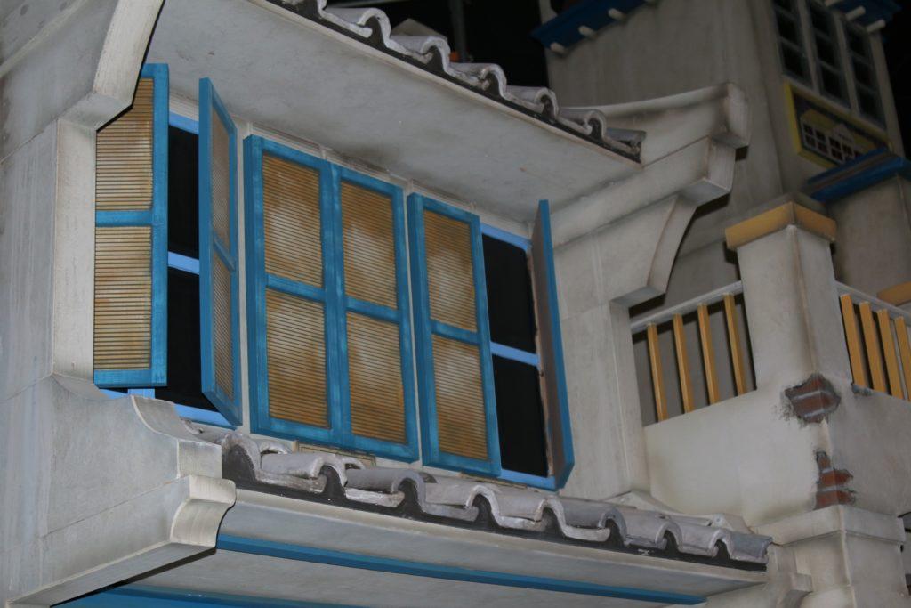 Nur wenige Pinselstriche machen aus den frischen Wänden die authentische Hafenstadt.
