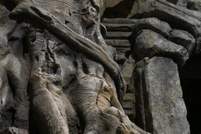 Des racines montent le long des murs.
