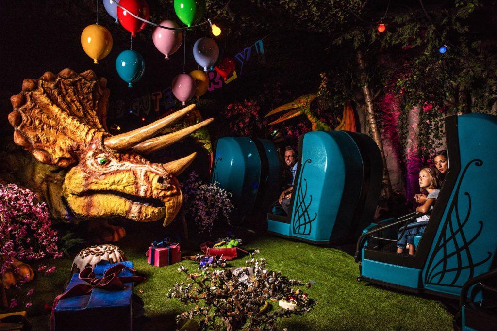 Une drôle de fête d'anniversaire avec de petits et de grands dinosaures chez Madame Freudenreich.