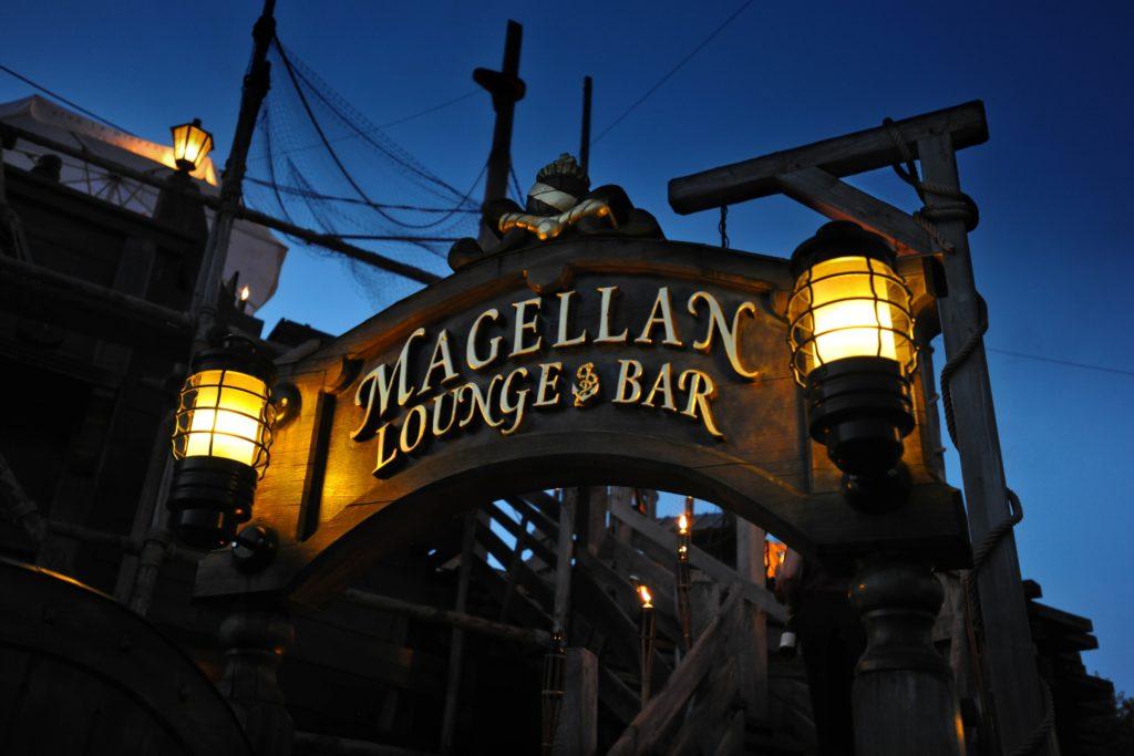 """Die """"Magellan Lounge & Bar"""" bietet im Sommer nicht nur mediterranes Flair und erfrischende Cocktails, sondern auch einen grandiosen Ausblick auf den Portugiesischen Themenbereich."""