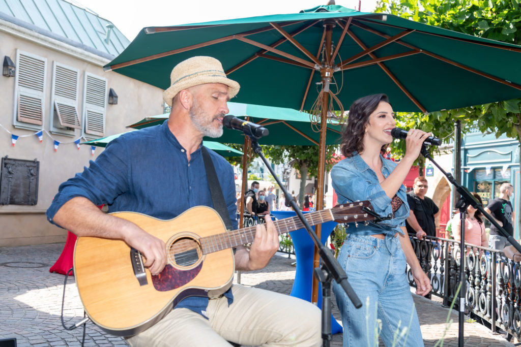 """Zur Eröffnung des """"Gläsernen Studios"""" haben Ornella de Santis und Murray Hockridge ihren Sommersong """"Feel Free"""" live für die Gäste performt."""