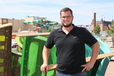 Le chef de projet Philip Waldmann a organisé la livraison des conteneurs et assure un déchargement habile des pièces du toboggan.