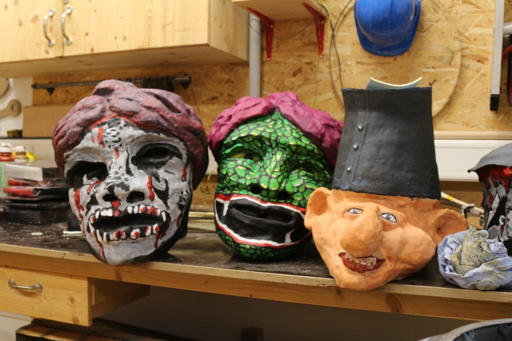 Die Dekorateure in der Werkstatt brauchen ein dickes Fell: Alles ist voller Monsterköpfe!