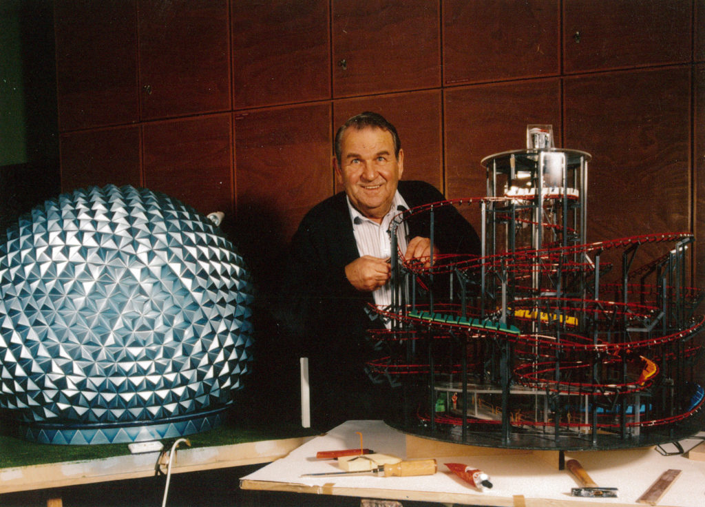 Pionier und Tüftler - Franz Mack mit seinem Modell der Dunkelachterbahn Eurosat