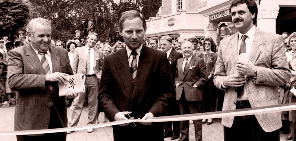 """Die Inhaber Franz und Roland Mack mit Wolfgang Schäuble (Mitte) bei der Eröffnung der ursprünglichen """"Piraten in Batavia"""" im Jahr 1987"""