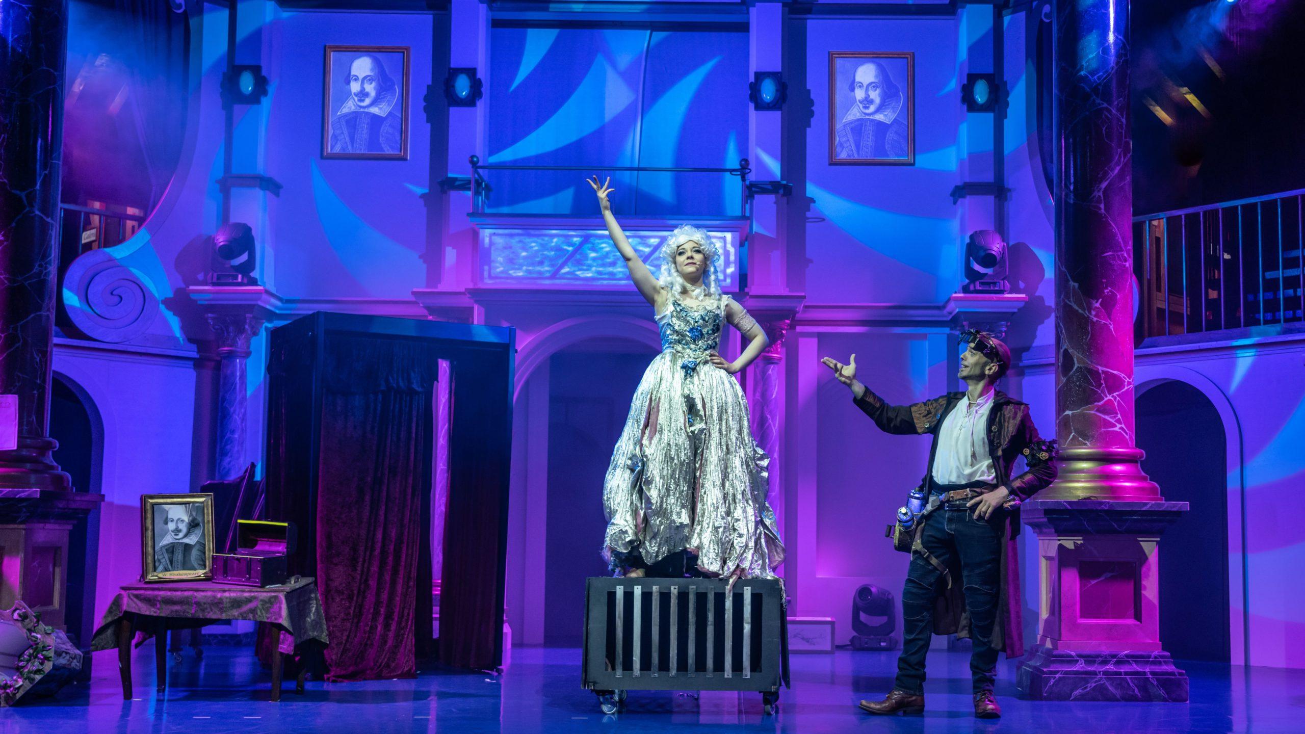 Wilhelmina Shakespeare (gespielt von Diamond Diaz) kehrt als Geist in das Theater zurück.