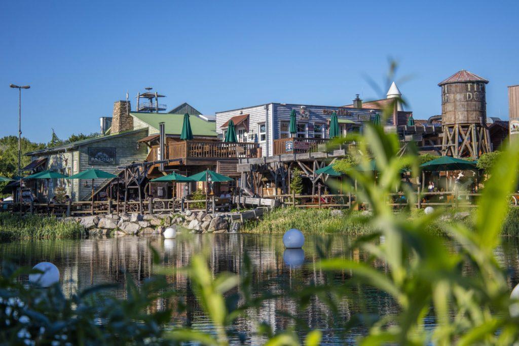 Le Restaurant Silver Lake Saloon est niché au milieu de la nature.