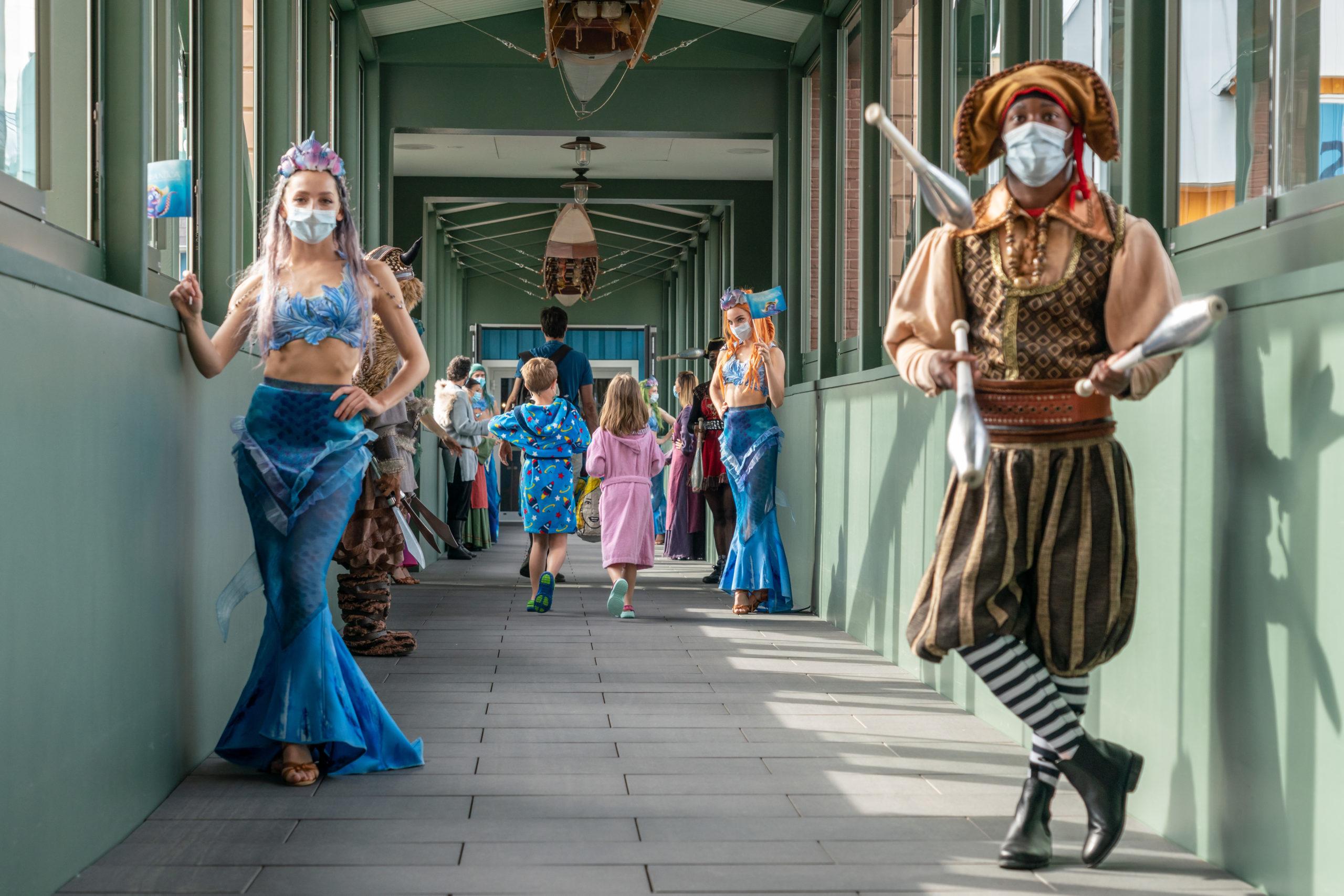 Chip Cleary Bridge: Gäste auf dem Weg in die Wasserwelt Rulantica